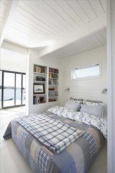 Köket och sovhörnan är åtskilda av en liten vägg med infälld bokhylla. Sängen är från Ikea, lakanen...