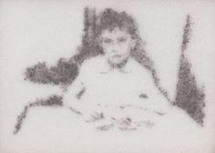 """Gil Gijón - Obra """"Félix estudiando en la escuela."""" (2014) Marco: 21 x 30 cm. Retrato: 9,5 x 13 cm. Polvo adherido sobre acetato."""