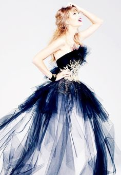 Taylor swift in deep blue tulle gown