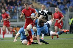 #rbs6nations Italy vs Wales. Sam Warburton runs with the ball on his way to score a try