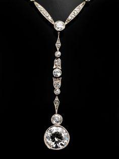 Halsweite: ca. 41 cm. Länge des Mittelteils: ca. 4,2 cm. Gewicht: ca. 7,3 g. Platin, WG und GG 585. Um 1910. Apartes, zierliches Collier mit einem...