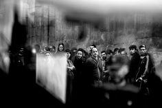 La serie ganadora del XVI Premio Internacional de Fotografía Humanitaria Luis Valtueña es la del fotógrafo Olmo Calvo.En esta instantánea, decenas de vecinos del barrio de Lavapiés en Madrid protestan frente a los policías nacionales que tienen bloqueada la calle donde desalojan a las familias de Uddin y Hafiz.  OLMO CALVO