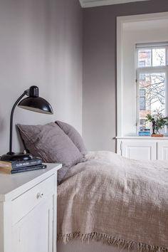 Sarah og Christian var ved at købe sig fattige i farveprøver Interior Paint Colors, Interior Design, Paint Colours, Cozy Living, Living Room, House Color Palettes, Minimalist Bed, Villa, Bedroom Wall Colors