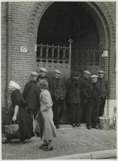 Vissersstaking te Scheveningen. Het posten van de stakers voor het bureau van de waterschout. 1938 Schimmelpenningh #ZuidHolland #Scheveningen