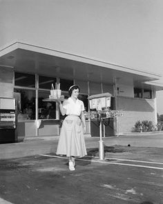 Drive-In Restaurant car hop. This is where us teenagers hung around all the time. Gas was cheap and the root beer was ice cold. Vintage Photographs, Vintage Photos, Vintage Cars, Old Pictures, Old Photos, Rockabilly, 1920s, Life In The 1950s, The Good Old Days