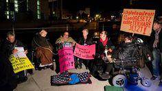 Aktivisten demonstrieren vor Aktion am Reichstagsufer gegen Novelle: Nicht genug zur Barrierefreiheit / Sozialverband: Bundesregierung agiert zu Lasten von Menschen mit Behinderungen / SoVD startet…