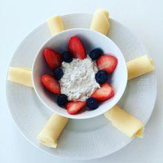 Frukost: Chiapudding på grekisk yoghurt smaksatt med ekologisk vaniljpulverbär och ostrullar #lchf# #lchffrukost# #lowcarb# #highfat# #helthyfood# #tastyfood# #foodporn# #healthyfoodporn# by terese_mat