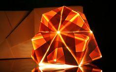 Escocesa explora variações tonais de luz sobre papel em esculturas de origami - Cultura - iG