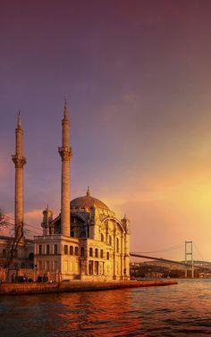 Historisch #Istanbul - #UNESCO Werelderfgoed #Turkije. De lange historie van Istanbul als hoofdstad van het Romeinse-, Byzantijnse- en Ottomaanse Rijk heeft een grote, culturele rijkdom achtergelaten. Een paar hoogtepunten in het oude stadsdeel: Aya Sofia, het Topkapi Paleis, de Grote Bazaar, de Blauwe Moskee.