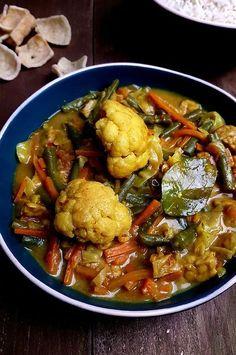 Sajoer lodeh (Indonesische groentecurry) Veggie Recipes, Asian Recipes, Vegetarian Recipes, Cooking Recipes, Ethnic Recipes, A Food, Good Food, Asian Kitchen, Healthy Recepies