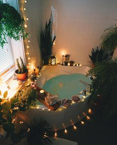 koop wat kristallen, een paar planten, wat kaarsjes en zo maak jij je eigen saaie badkamer leuk en gezellig!