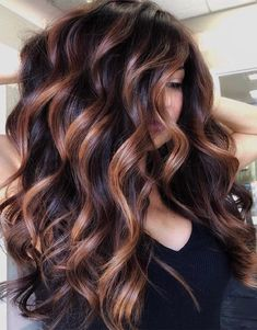 Balayage is the most popular way of dyeing hair in recent years. If you want to try balayage hair, please take a look at our collection of balayage hair color ideas which can bring you new inspiration, try it boldly! Fall Hair Color For Brunettes, Fall Hair Colors, Nice Hair Colors, Highlighted Hair For Brunettes, Brunette Hair Colors, Hair Color Ideas For Brunettes For Summer, Pretty Hair Color, Brunette Beauty, Balayage Brunette