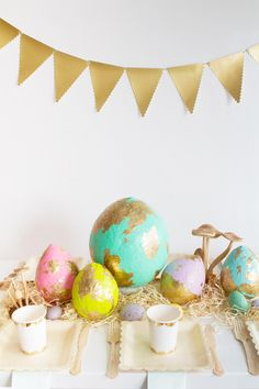 Create a striking table centerpiece this Easter using a variety of large papier-mache eggs in pretty pastels accented with gold leaf. Materials needed: balloons, balloons, newspaper, flour, Diy Osterschmuck, 5 Balloons, Carton Invitation, Easter Crafts For Kids, Easter Ideas, Bunny Crafts, Diy Crafts, Diy Ostern, Diy Papier