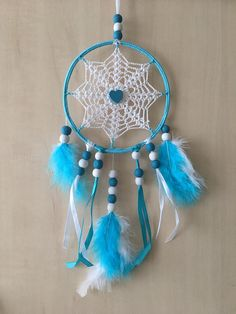 Handmade dreamcatcher, dream catcher, or dream catcher. The Center is crocheted in cotton. Circle diameter is approximately 15 cm for a total length of 30 cm. It is white and turquoise color, decorated with wooden beads, feathers and satin ribbon. Feel free to contact me for more