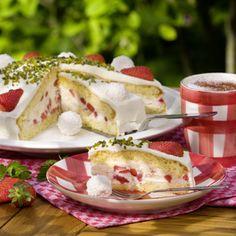 """""""Ich liebe die Kombination aus Erdbeeren und Kokos"""", nennt Elena Schulte den Grund, warum diese Torte ihr Lieblingskuchen ist. Die 26- Jährige..."""
