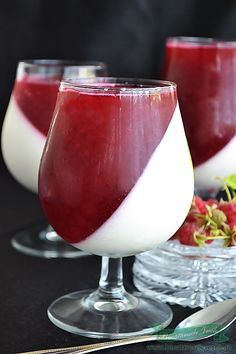 The Panna Cotta is one dessert easy to prepare fine and also cool, just good for hot summer days. Easy Desserts, Delicious Desserts, Russian Desserts, Jacque Pepin, Panna Cotta, Festa Party, Food Drawing, Sweet Treats, Deserts