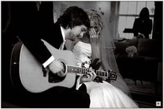 """Eric Church singing to his bride the wedding song he wrote for her """" You Make It Look So Easy"""" :)"""