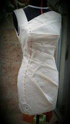 Moulage. Toile de vestido asimétrico con pliegues radiales y corte vertical con forma. Armado y ajustes con alfileres.