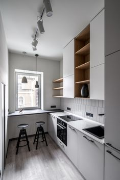 Small Kitchen Remodeling Small Kitchen Ideas - 55 game-changing layouts for small cooking areas. Learn how you can maximize a small kitchen with these small style suggestions. Kitchen Room Design, Kitchen Layout, Modern Kitchen Design, Kitchen Interior, Kitchen Decor, Kitchen Ideas, Modern Small Apartment Design, Little Kitchen, New Kitchen