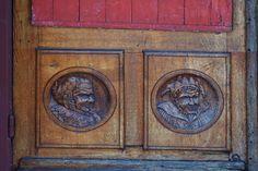 #artiste #bas relief #bois #medieval #personnages #porte #porte de dtails #vieille porte #visages