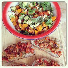 Een heerlijke salade met gegrilde #pompoen, #avocado, #tomaat en #mozzarella en #bruchetta. #homemade #healthy #gezond #foodies #foodporn #vega #vegetarisch #foodblogger #foodie #chicascooking