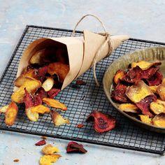 Wurzelgemüse-Chips. Vegetarisches Fingerfood, ideal für Apéros. Randen, Karotten, Süsskartoffeln hauchdünn schneiden. Leicht geölt im Backofen knusprig backen. Mit Fenchelsamen und Salz würzen.