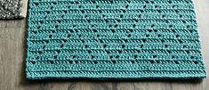 Kauniin sinivihreä matto tuo olohuoneeseen tai parvekkeelle valoisan ja raikkaan tunnelman! Matosta tulee ryhdikäs, kun se tehdään napakalla käsialalla kierrätyspuuvillaisesta ontelokuteesta. Filet Crochet Charts, Crochet World, Rugs, Lima, Home Decor, Cloths, Patterns, Handmade, Crochet Carpet