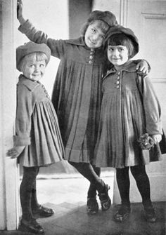∴ Trios ∴ the three graces, sisters, & groups of 3 in art and vintage photos - 3 Little sisters, by Elfriede Reichelt, Vintage Abbildungen, Photo Vintage, Vintage Girls, Vintage Beauty, Vintage Vogue, Vintage Friends, Vintage Children Photos, Vintage Pictures, Old Pictures