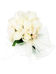 アルドアーズ 白バラだけをキュッと束ねて、オーガンジーのリボンでふんわり包んだロマンティックなブーケ。