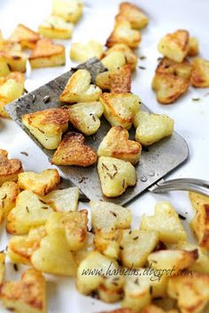 PATATAS FRITAS PARA SAN VALENTÍN - cut potato slices and use mini heart cookie cutters. Super cute, especially for valentines day