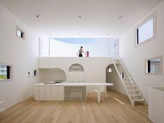 「光舞台の家」,多麼美的名字啊~ 陽光通過屋頂半圓形的露台灑入起居室,整個空間宛如「光之容器」般溫柔明亮;從建築本體到家具造型,圓弧狀少了尖銳感,也讓孩子能更安全地在屋內自由活動。這棟兩層樓高的私人住宅位於日本廣島,貼心舒適的設計將全家人的心緊緊相連著。 via futurestudio.jp