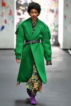 Fashion's heightened interest in its feminism went beyond slogan T-shirts this season, as reflected in its embrace of the female form – specifically a womanly waist. Belts are back, whether wide or slim, and used to cinch coats, shirts and knitwear. Fashion Over 40, Fashion 2017, Women's Fashion Dresses, Fashion Trends, London Fashion, Fashion Ideas, Womens Fashion For Work, Plus Size Fashion, Autumn Fashion