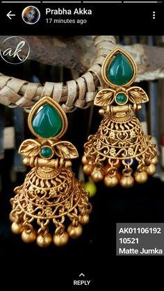Gold Jhumka Earrings, Indian Jewelry Earrings, Gold Bridal Earrings, Jewelry Design Earrings, Gold Earrings Designs, Gold Jewellery, Antique Jewellery Designs, Jewelry Patterns, Ear Rings
