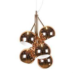 Diese schillernde Pendelleuchte von Globen Lighting ist mit verschiedenen Farben wählbar. Die Designerin Tess Palm hat sich beim Entwurf der Rondo Leuchte von den Zweigen eines Baumes inspirieren lassen.
