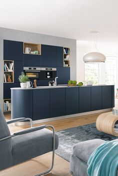 Hier geht's rund: Moderne Küche in blauem Satin-Lack mit abgerundeter Kochinsel. Mehr Infos rund um Küche und Wohnen bei Spitzhüttl Home Company. #küche #küchen #wohnen #blau #dunstabzug #einrichtung