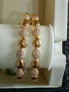 New Stylish Gold Bangles for Women - Indian Fashion Ideas Silver Anklets Designs, Gold Ring Designs, Gold Bangles Design, Designer Bangles, Gold Bangles For Women, Gold Bracelet For Women, Indian Gold Bangles, Jewelry Design Earrings, Gold Jewellery