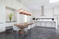 esszimmer pendelleuchten kupfer weiße wohnküche holz esstisch