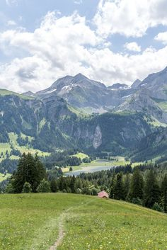 Lauenensee bei Gstaad | Wandertipp Höhi Wispile - Lauenensee Places Around The World, Around The Worlds, Do Love, Out Of This World, Travel Stuff, Switzerland, The Outsiders, Wonderland, Rest