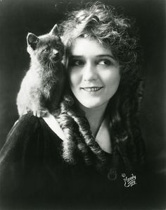 Silent-movie actress Mary Pickford and feline Animal Gato, Amor Animal, Silent Film Stars, Movie Stars, Crazy Cat Lady, Crazy Cats, Patricia Highsmith, Celebrities With Cats, Celebs