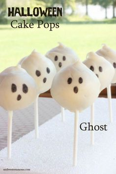 Halloween Ghosts Cake Pops are the perfect treat for those Halloween parties! Halloween Ghosts Cake Pops are the perfect treat for those Halloween parties! Halloween Cake Pops, Halloween Desserts, Dulces Halloween, Halloween Ghosts, Halloween Treats, Holiday Treats, Halloween Parties, Happy Halloween, Halloween Foods