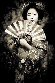 Maiko 舞妓 extraña foto de una maiko, la mirada en alto... Y el abanico le da un aire flamenco...