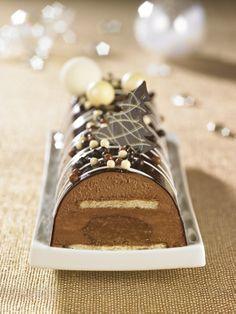 Bûche Royale : un biscuit succès, une mousse chocolat noir et un croustillant chocolat noisette, recouverts d'un miroir chocolat noir et de liserés miroir chocolat blanc.