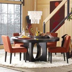 En esta oportunidad les traemos algunas fotos de comedores decorados con mesas redondas. Una alternativa interesante para incluir en el ambiente, especialmente para quienes buscan crear un ambient…