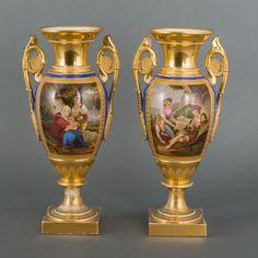 Paar vergulde amforavormige porseleinen siervazen met polychroom decor: romantische voorstelling met figuren in cartouche, gemerkt Deroche, Frankrijk, Empire.