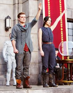 The Hunger games: Catching Fire (Peeta and Katniss at the reaping) The Hunger Games, Hunger Games Fandom, Hunger Games Catching Fire, Hunger Games Trilogy, Katniss Everdeen, Katniss And Peeta, Jennifer Lawrence, Suzanne Collins, Heros Film