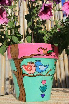 Maceta decorada Flower Pot Art, Small Flower Pots, Flower Pot Design, Mosaic Flower Pots, Clay Flower Pots, Flower Pot Crafts, Clay Pots, Clay Pot Projects, Clay Pot Crafts