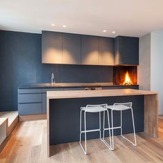 Again I like the greys and the wood. Not so sure about the practicality of a wooden island top