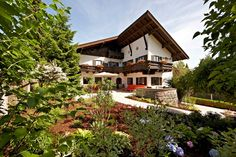 Chalet Haus Hamburg with it`s beautiful garden at summertime is an ideal location for your wedding weekend