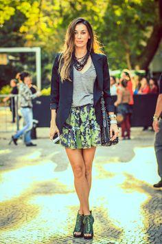Nao gostei desse sapato. Look da fabiola-cabral. mix de colares + blazer preto + t-shirt.