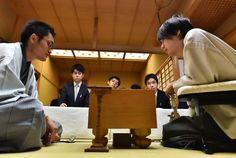 初防衛を果たし、感想戦で対局を振り返る佐藤天彦名人(右)。左は稲葉陽八段